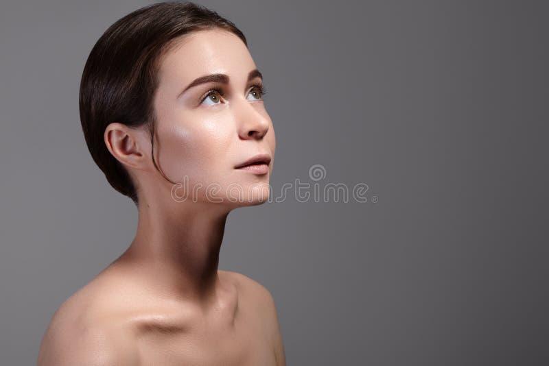 Портрет стороны женщины красоты Красивая девушка модели курорта с совершенной свежей чистой кожей Концепция заботы молодости и ко стоковые фотографии rf