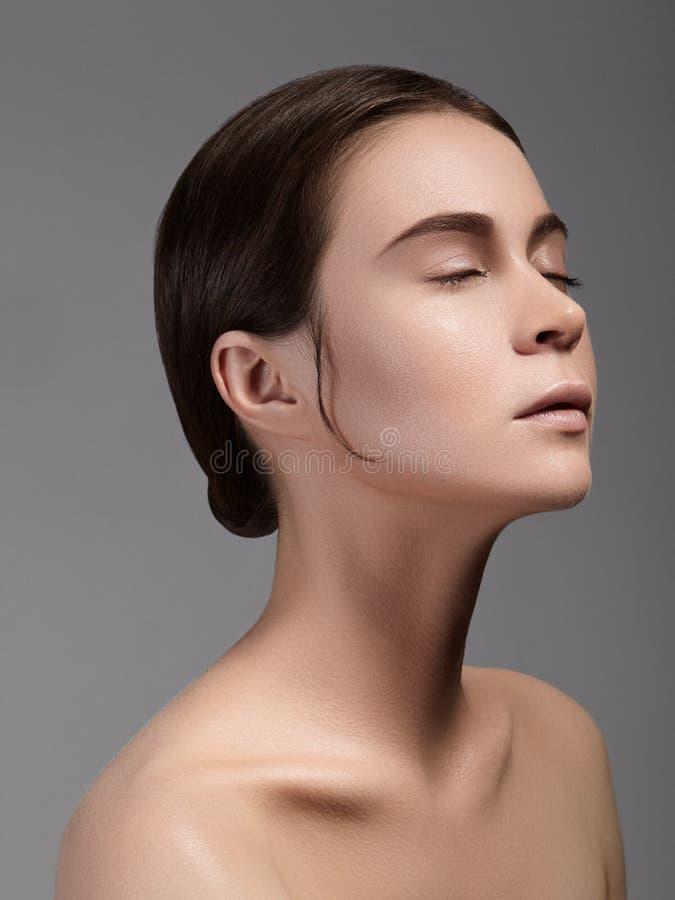 Портрет стороны женщины красоты Красивая девушка модели курорта с совершенной свежей чистой кожей Концепция заботы молодости и ко стоковые изображения