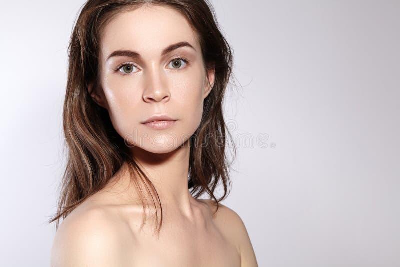 Портрет стороны женщины красоты Красивая девушка модели курорта с совершенной свежей чистой кожей Концепция заботы молодости и ко стоковое фото rf