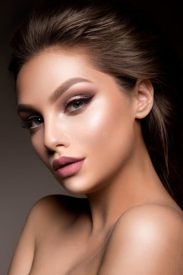 Портрет стороны женщины красоты Красивая модельная девушка с совершенной свежей чистой кожей стоковое фото rf