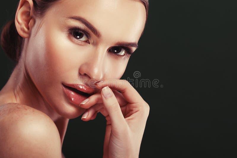 Портрет стороны женщины красоты Красивая модельная девушка с совершенным свежим чистым пинком губ цвета кожи стоковые фото