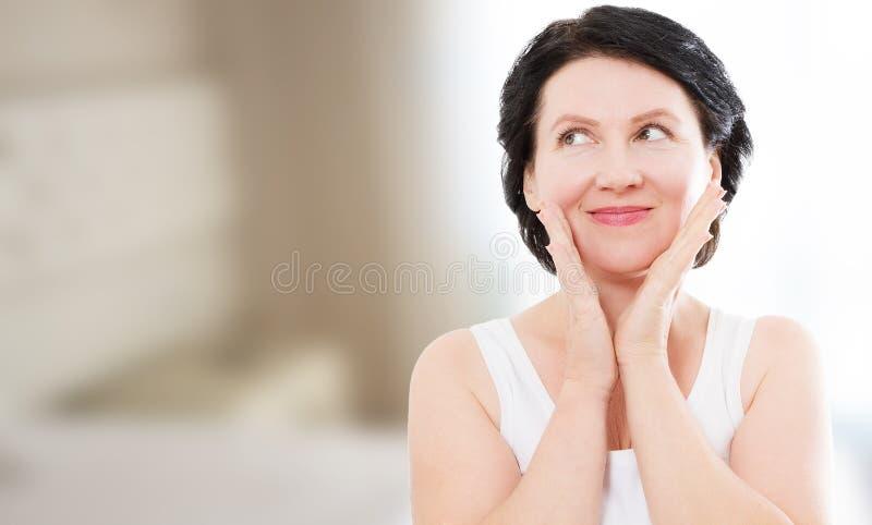 Портрет стороны женщины среднего возраста красоты Спа и анти- старея предпосылка концепции дома Пластическая хирургия и коллаген  стоковое фото rf