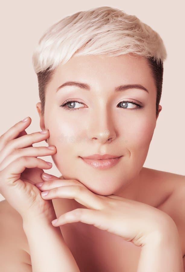 Портрет стороны красивой молодой женщины с составом стоковое изображение