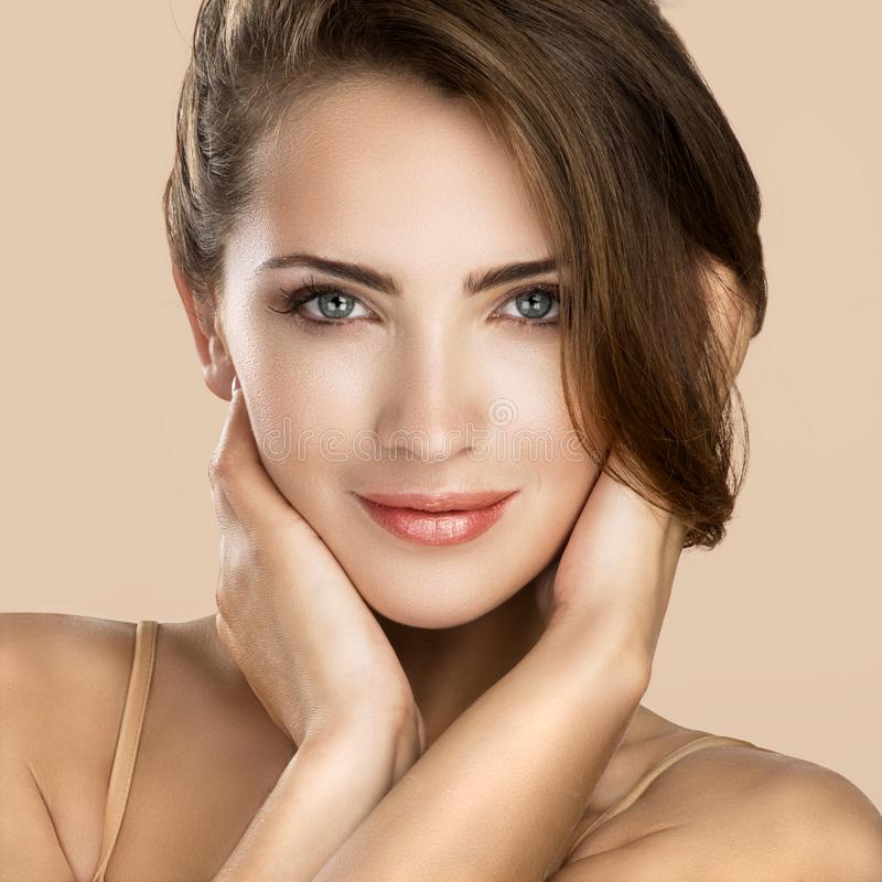 Портрет стороны красоты женщины на нейтральном цвете стоковая фотография
