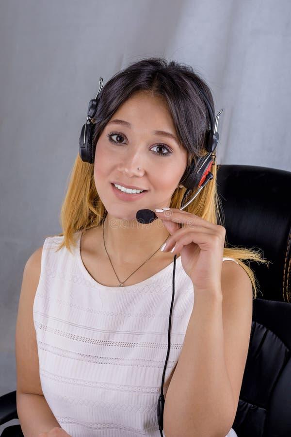 Портрет стороны оператора центра телефонного обслуживания женщины на линии работнике поддержки стоковое изображение