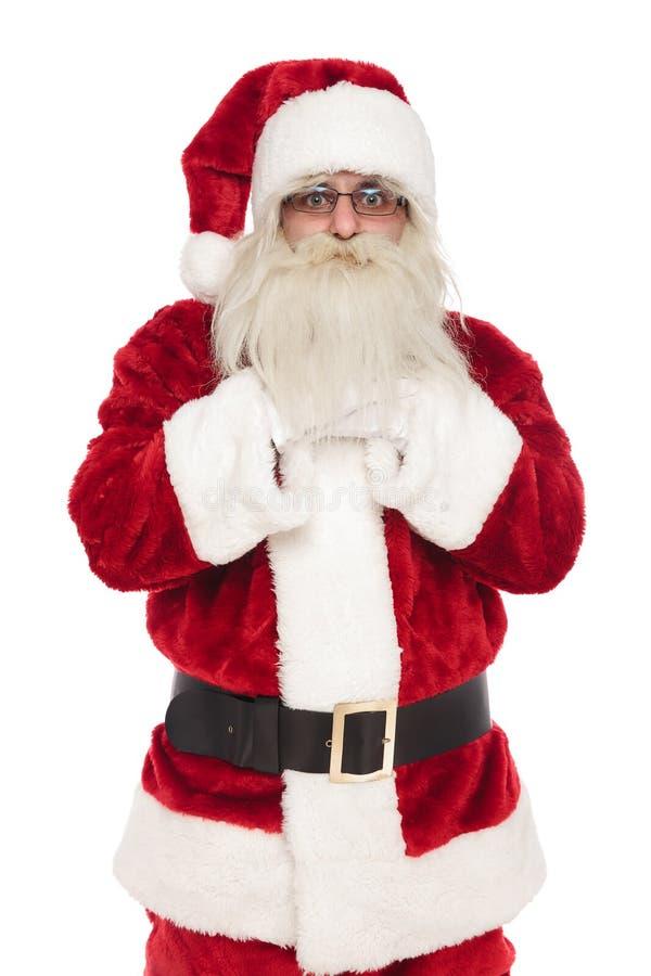 Портрет стоять Санта Клаус держа руки под бородой стоковая фотография rf