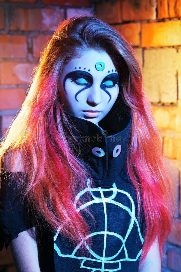 Портрет страшной девушки с белизной наблюдает на хеллоуин стоковые фотографии rf