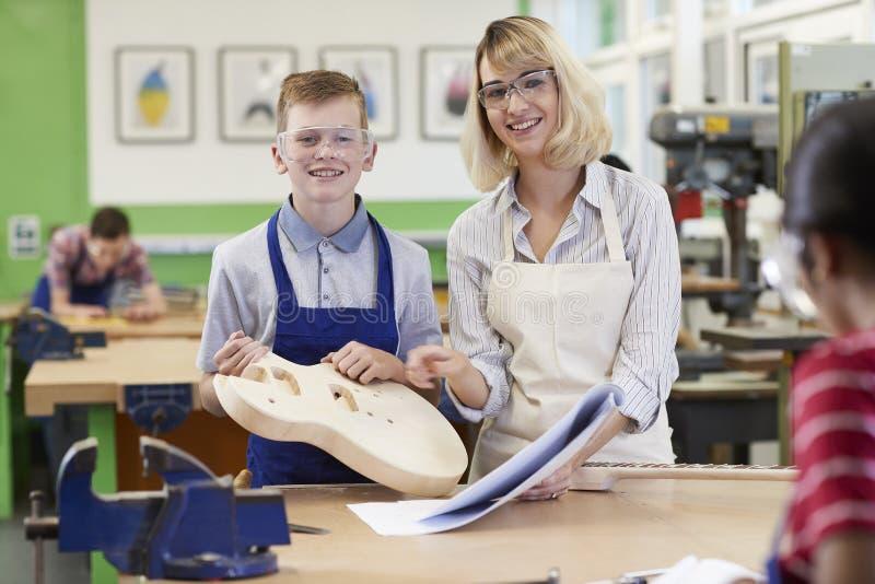 Портрет студента Buil средней школы порции учительницы мужского стоковая фотография rf