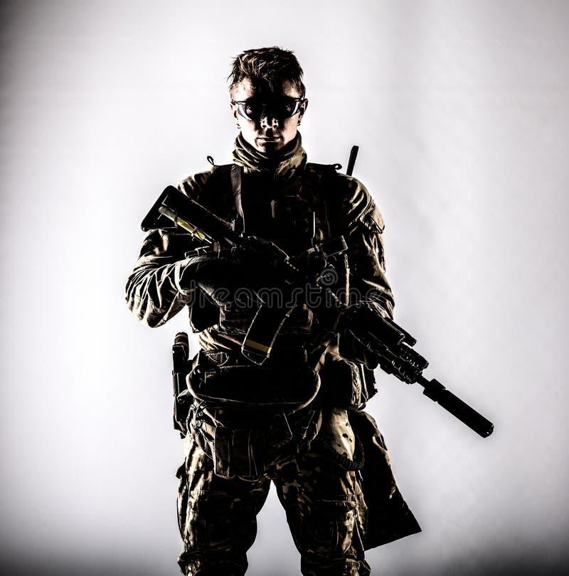 Портрет студии военного наемника компании низкий ключевой стоковые фото
