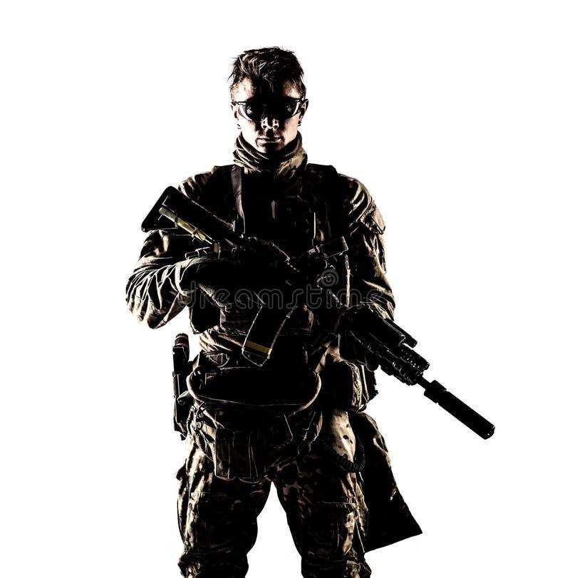 Портрет студии военного наемника компании низкий ключевой стоковое изображение
