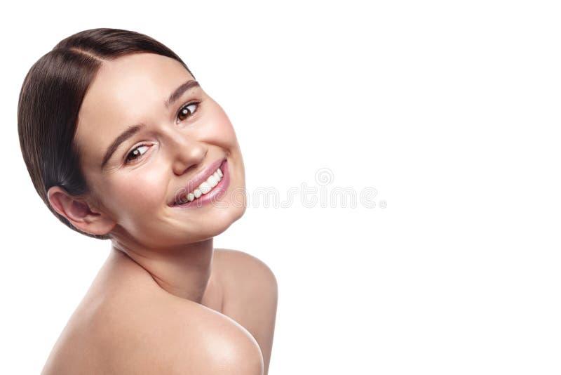 Портрет студии жизнерадостной женщины с естественным составом на белом b стоковые фотографии rf