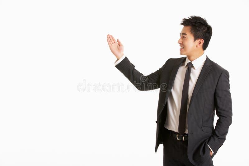Портрет студии китайский Gesturing бизнесмена стоковое фото rf