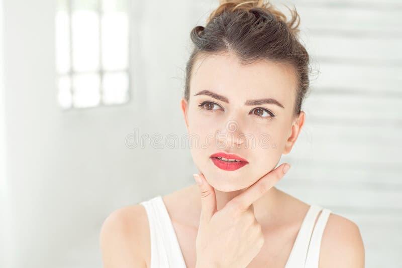 Портрет студии красивой молодой женщины думая и смотря вверх Концепция восприятия и отражения стоковые изображения rf