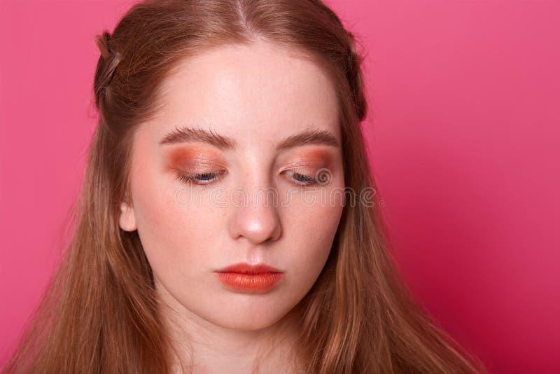 Портрет студии красивой молодой женщины, имеет волосы с красной тенью Милая модельная девушка с совершенной свежей чистой кожей п стоковая фотография