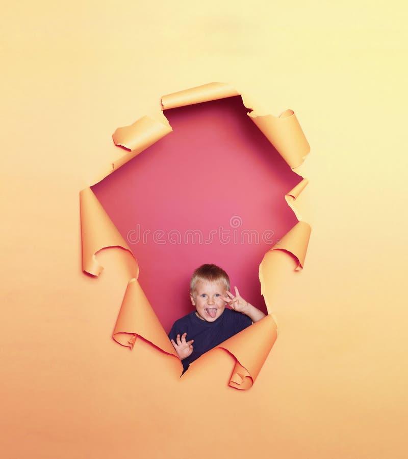 Портрет студии милого усмехаясь мальчика r стоковое фото