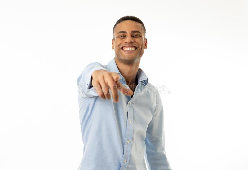Портрет студии счастливого молодого красивого бизнесмена с оружиями вверх по праздновать успех стоковая фотография