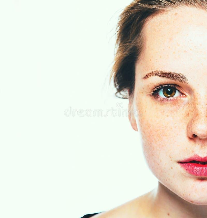 Портрет студии веснушки женщины счастливый молодой красивый с здоровой кожей сторона половинная стоковое изображение rf