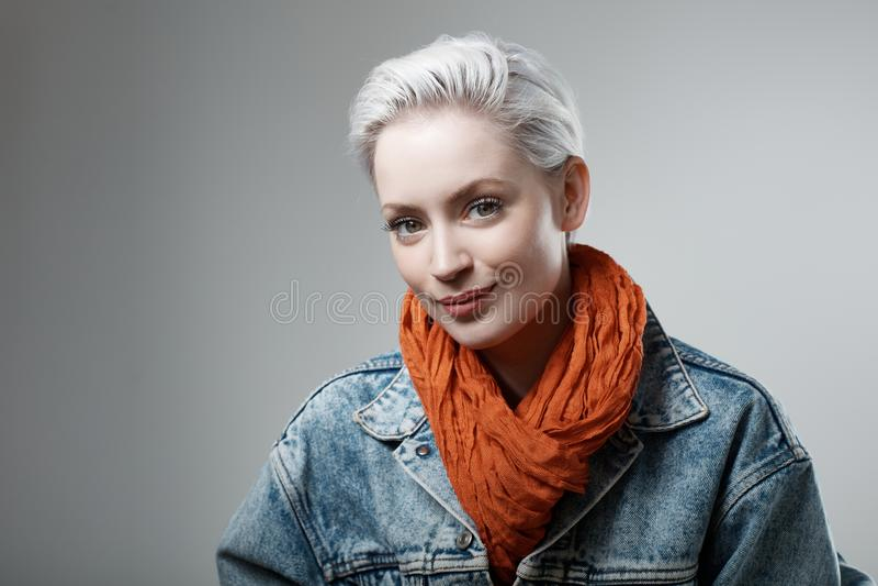 Портрет студии вскользь женщины стоковое фото rf