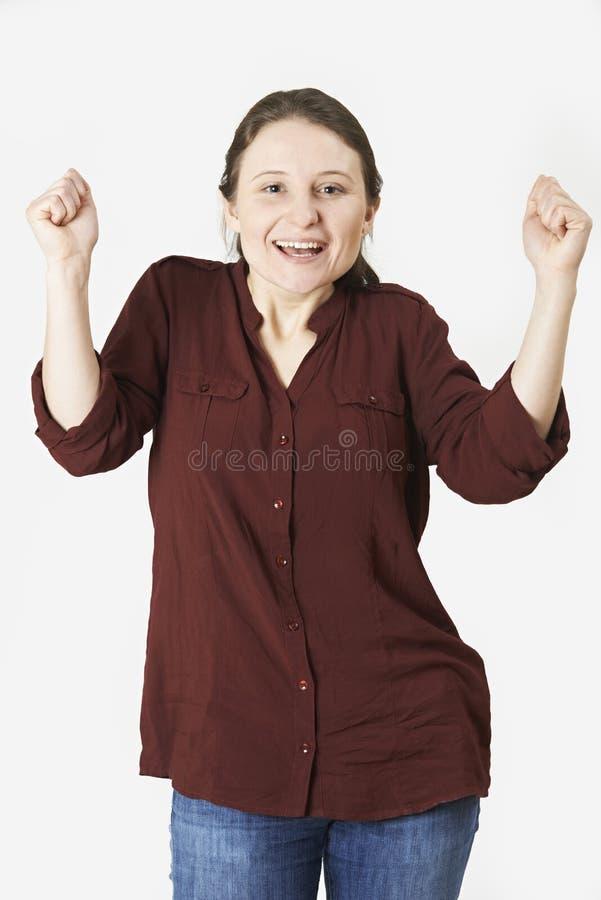 Портрет студии женщины с торжествующим выражением стоковая фотография rf