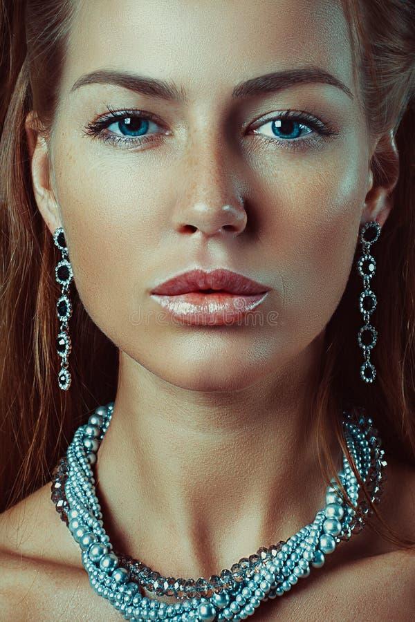 Портрет студии конца-вверх красивой женщины с яркими ювелирными изделиями состава стоковые изображения