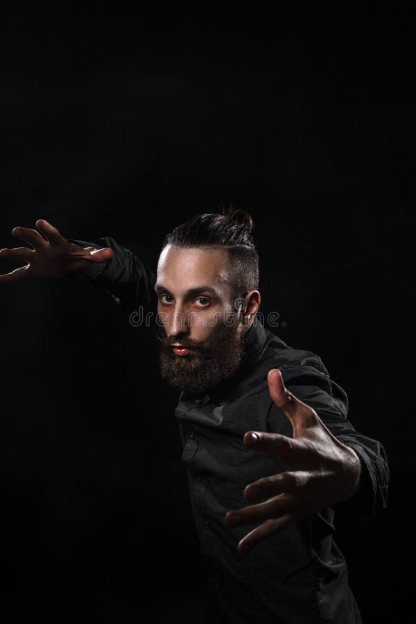 Портрет студии красивого человека с kung f бороды практикуя стоковое изображение