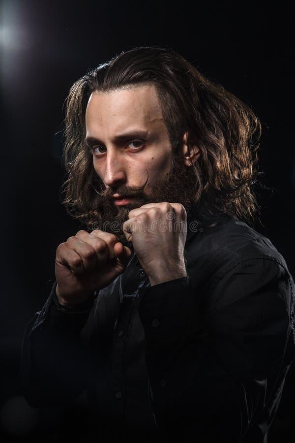 Портрет студии красивого человека с kung f бороды практикуя стоковая фотография