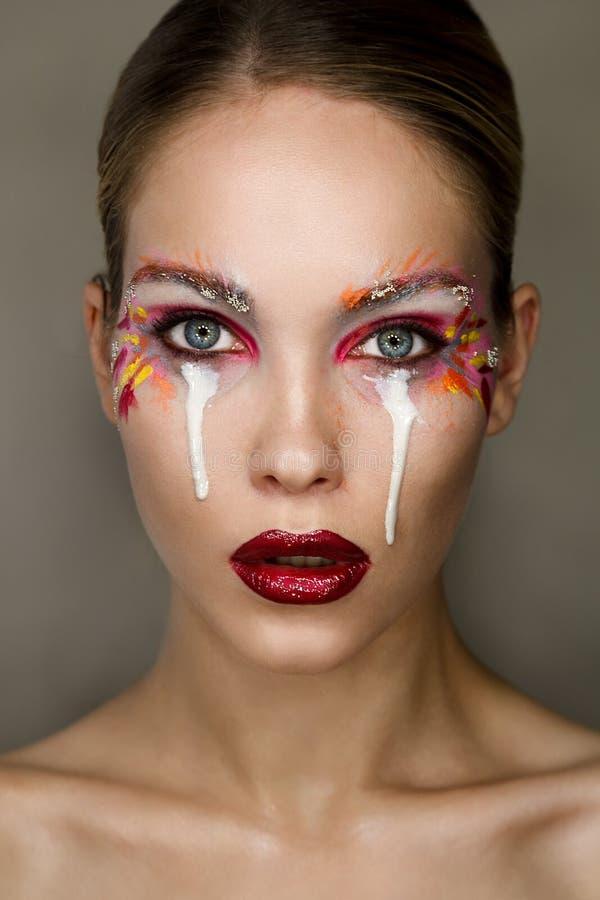 Портрет студии красивой удивленной женщины с творческим красочным составом стоковые фотографии rf