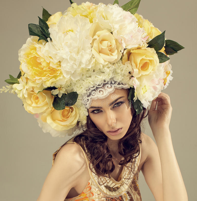 Портрет студии моды женщины с цветками стоковые фотографии rf