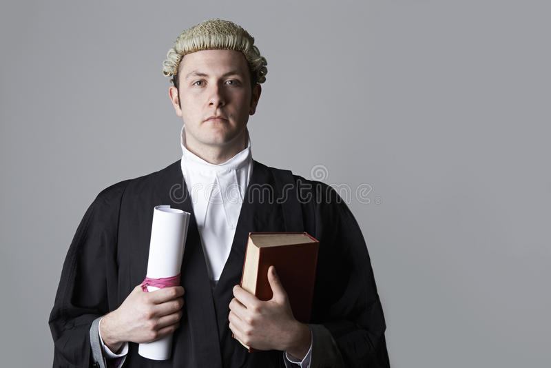 Портрет студии юриста держа сводку и книгу стоковое фото rf