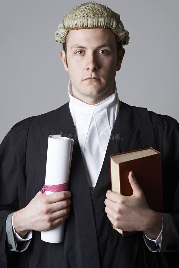 Портрет студии юриста держа сводку и книгу стоковые изображения rf