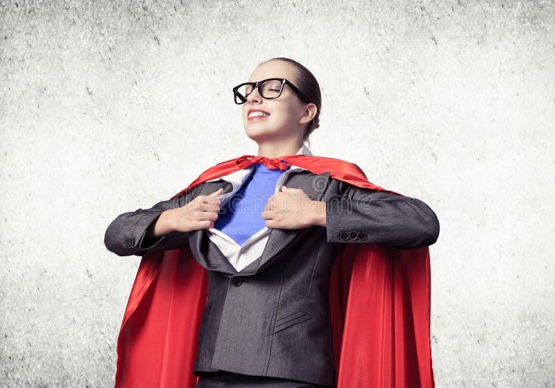Портрет супергероини бизнес-женщины стоковые фото