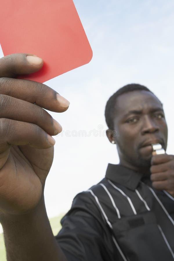Портрет судья-рефери показывая красную карточку стоковое фото rf