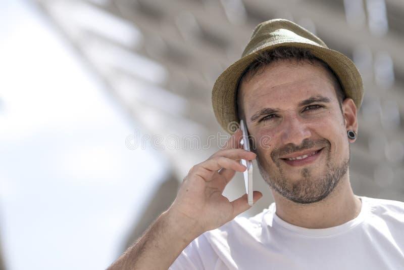 Портрет счастливого бизнесмена идя outdoors с передвижным pho стоковая фотография rf