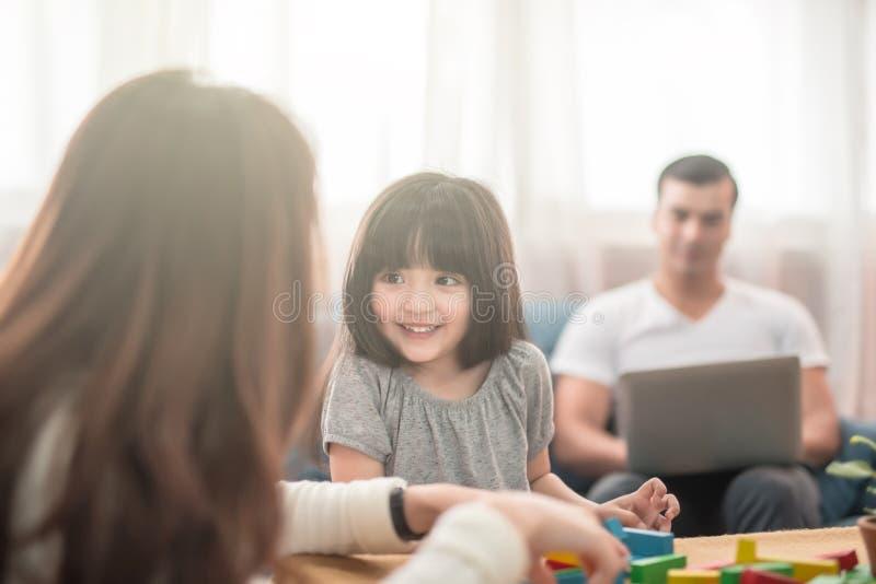 Портрет счастливого блока игры дочери и родителя семьи деревянного совместно стоковые изображения rf