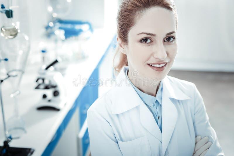 Портрет счастливого женского ученого стоковая фотография rf