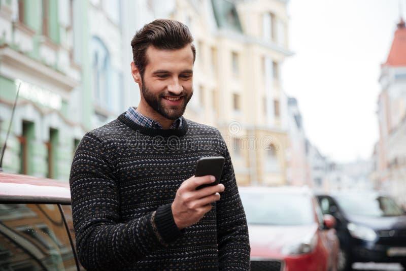 Портрет счастливого красивого человека в свитере стоковая фотография rf