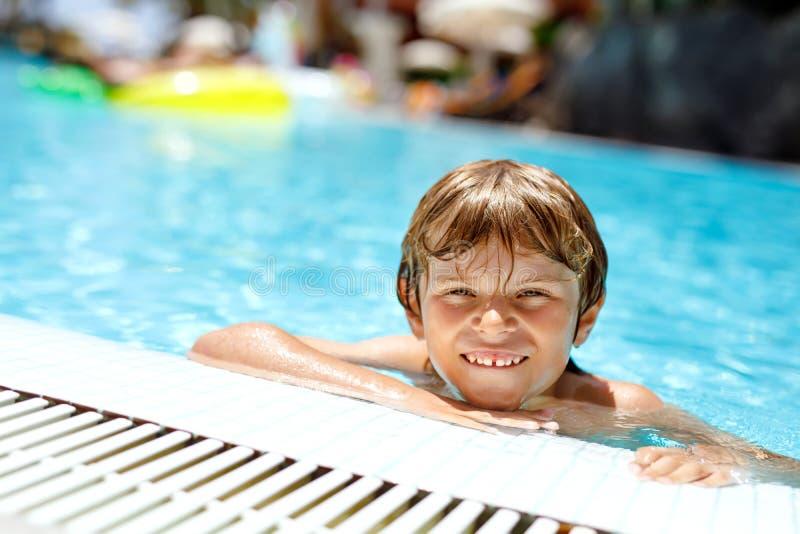 Портрет счастливого мальчика маленького ребенка в бассейне и потехи иметь на семейных отдыхах в курорте гостиницы Здоровый играть стоковые изображения rf