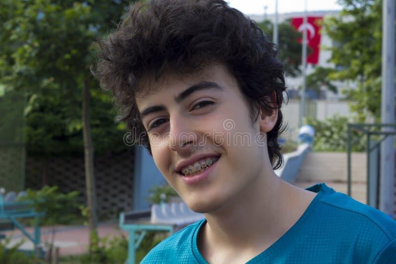 Портрет счастливого мальчика на суде стоковые фото