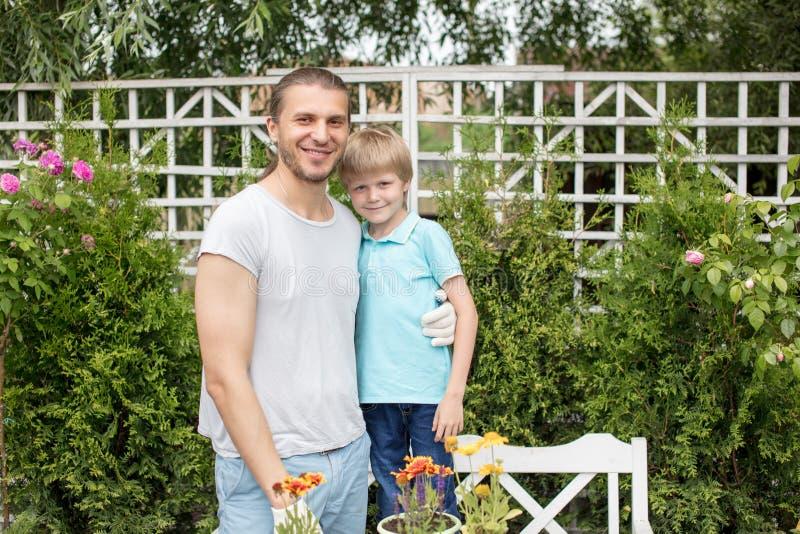 Портрет счастливого отца и сына стоя в дворе стоковая фотография rf