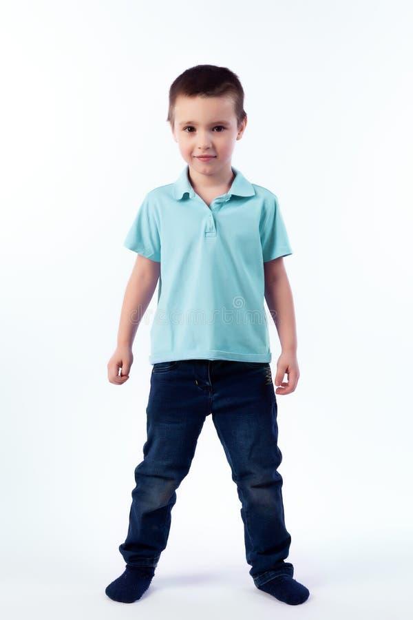 Портрет счастливого радостного красивого мальчика стоковое фото