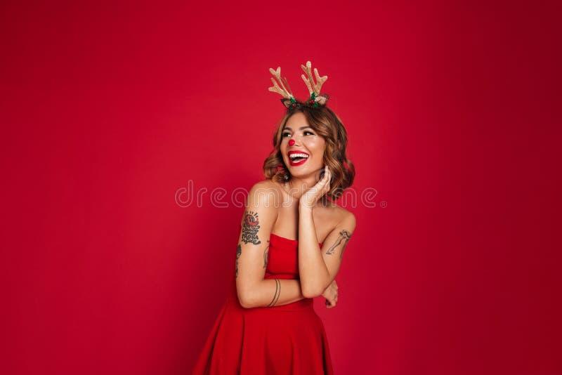 Портрет счастливого смеясь над костюма оленей рождества девушки нося стоковое изображение rf