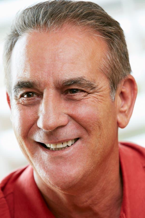 Портрет счастливого старшего человека на дому стоковая фотография