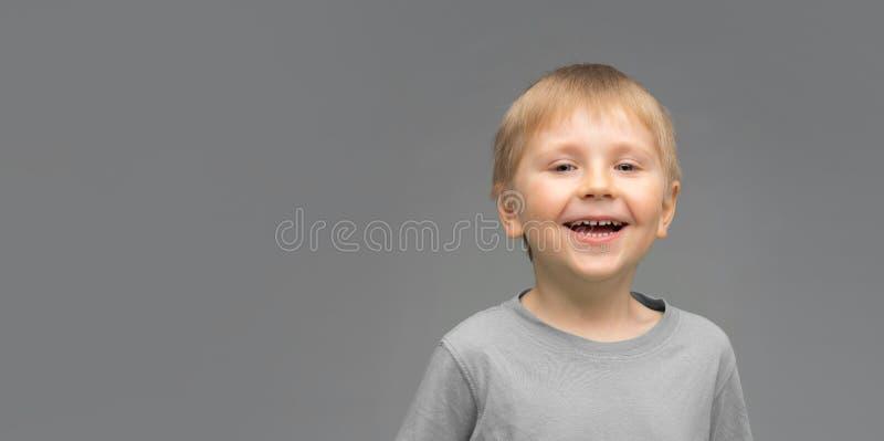Портрет счастливого усмехаясь мальчика Привлекательный ребенк в студии стоковое фото