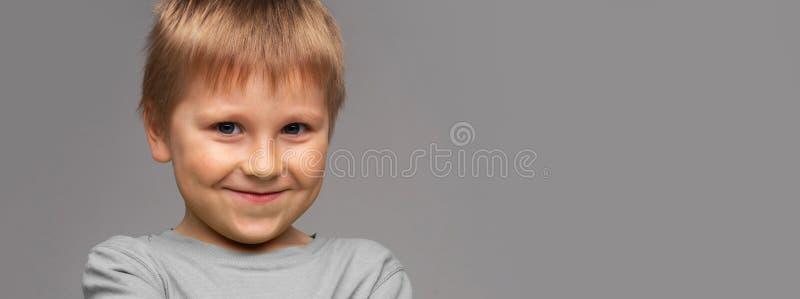 Портрет счастливого усмехаясь мальчика Привлекательный ребенк в студии стоковое изображение rf