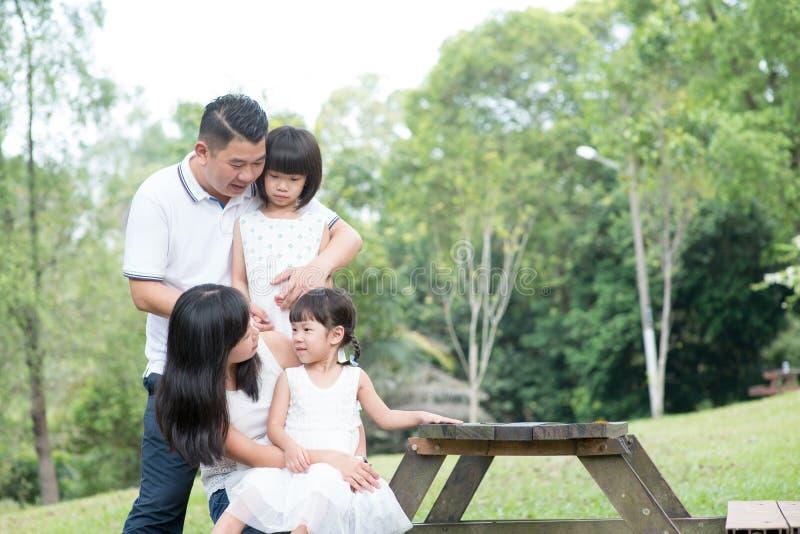 Портрет счастливой азиатской семьи внешний с пустым космосом таблицы стоковые фотографии rf