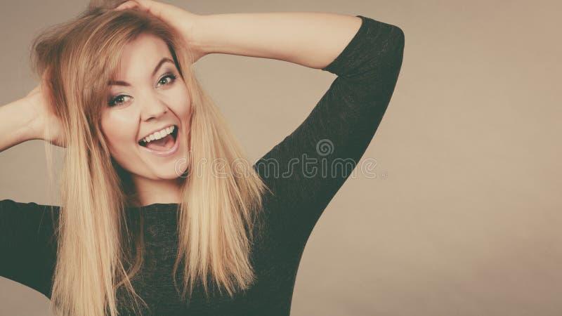 Портрет счастливой белокурой женщины усмехаясь с утехой стоковое фото rf