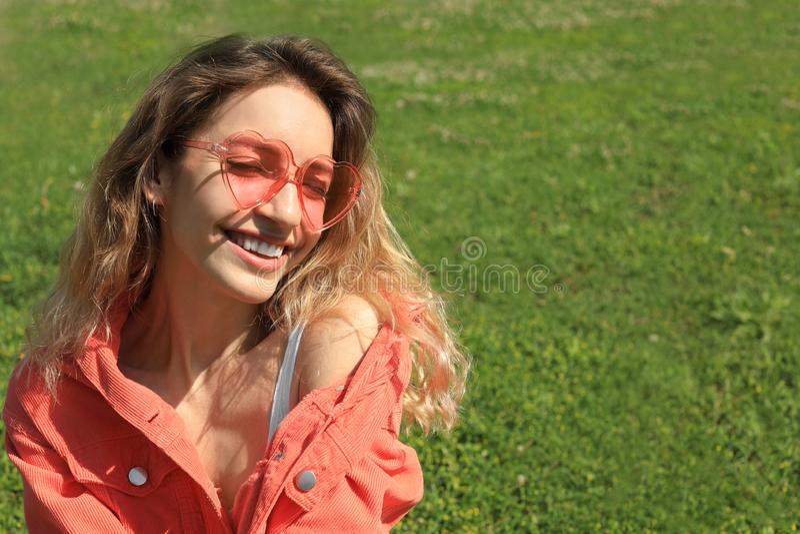 Портрет счастливой женщины со стеклами сердца форменными стоковое изображение rf