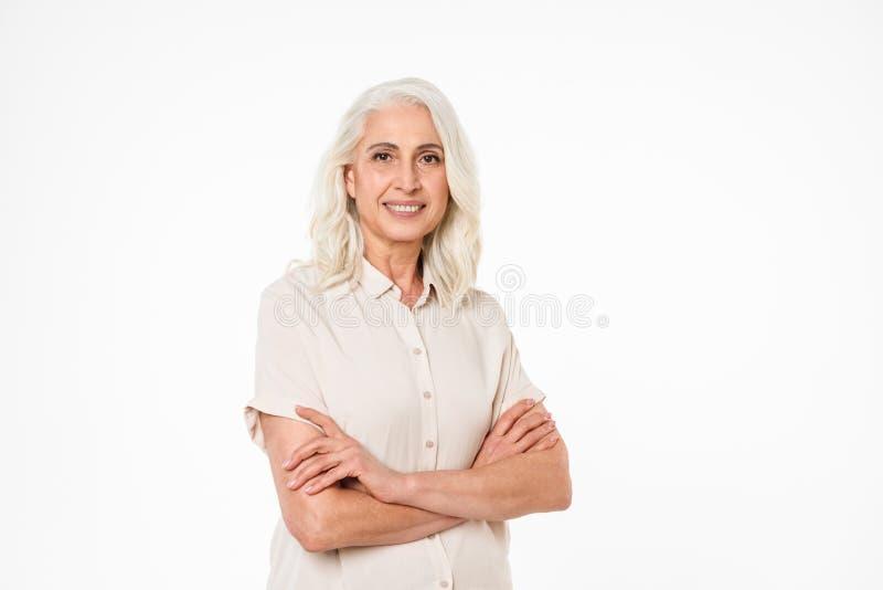 Портрет счастливой зрелой женщины стоя при сложенные оружия стоковое фото