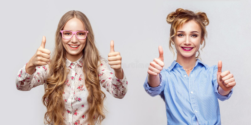 Портрет счастливой красивой белокурой молодой женщины 2 в непринужденном стиле с макияжа и стиля причесок, большими пальцами руки стоковое фото rf