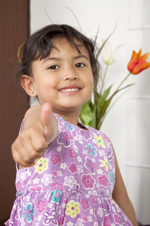 Портрет счастливой маленькой девочки стоковые изображения rf